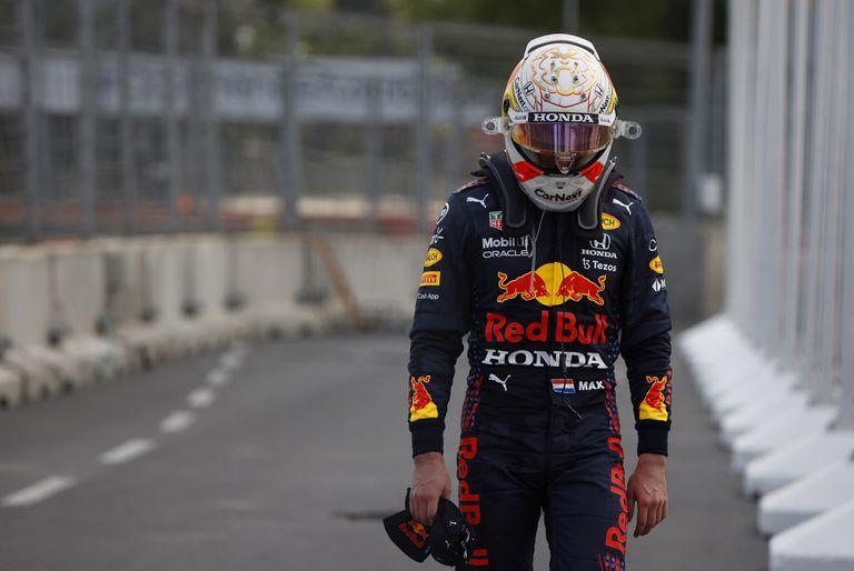 El fastidio de Verstappen tras el abandono obligado en Baku