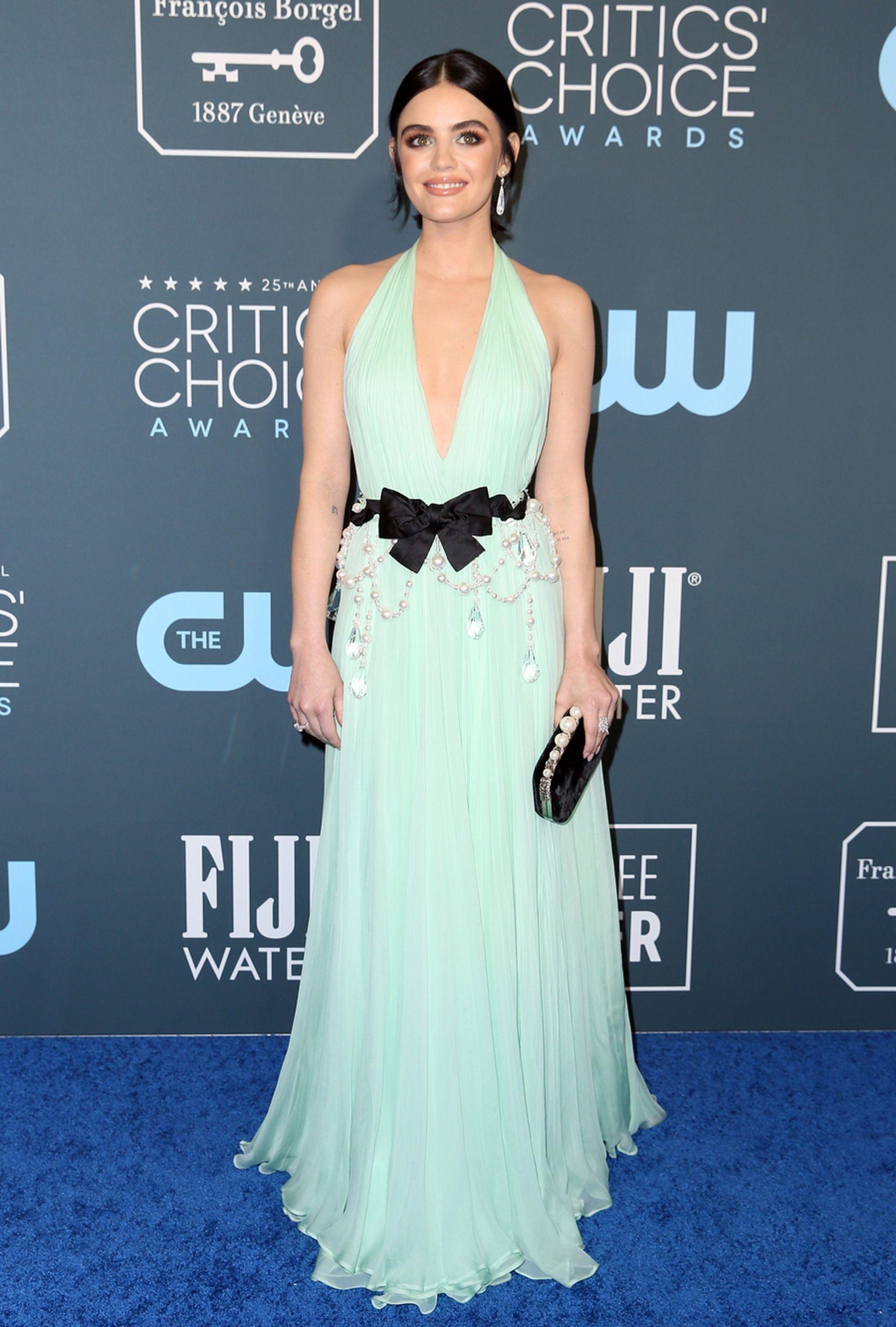 Lucy Hale lució un vestido en verde agua de Miu Miu y zapatos de Jimmy Choo