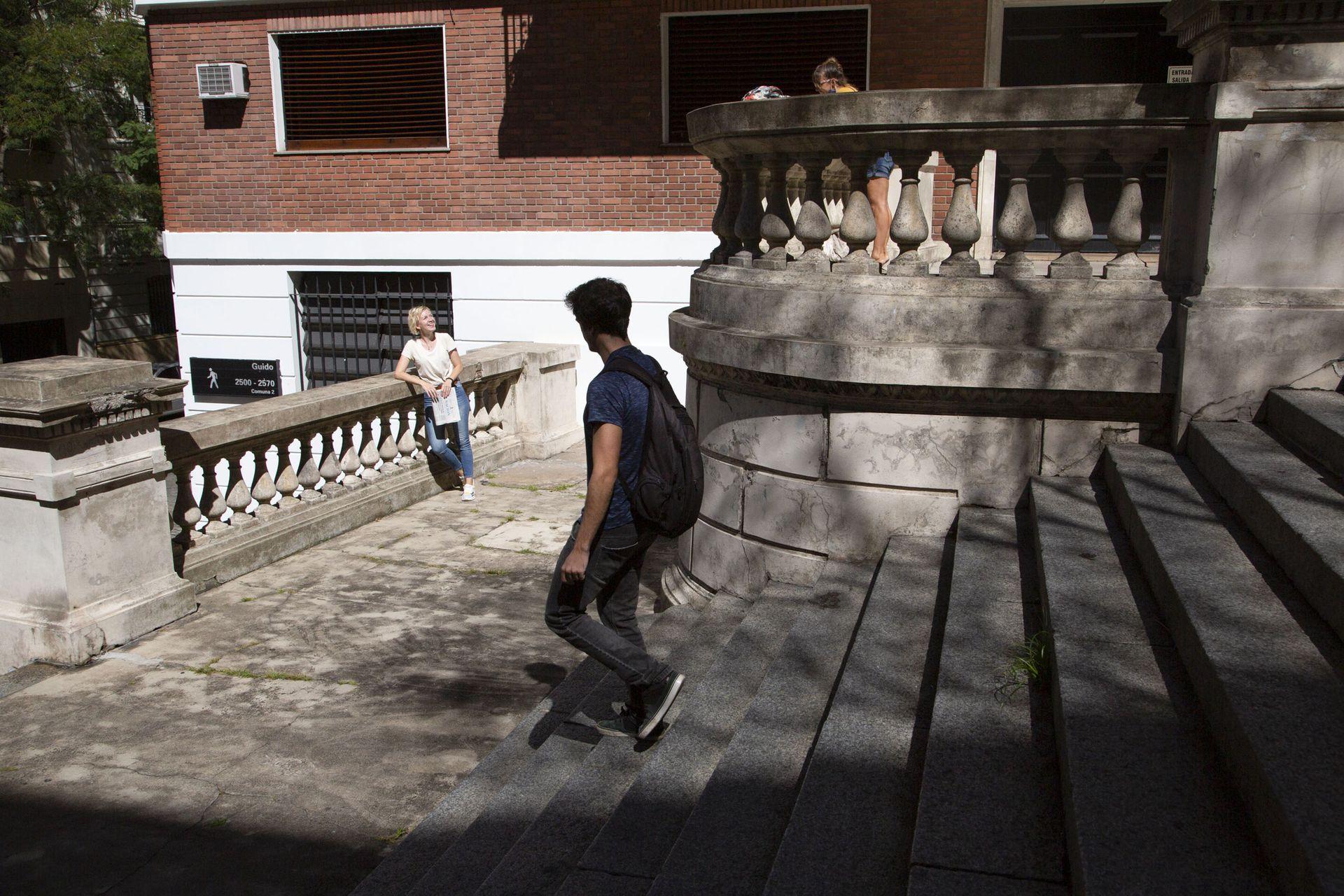 Escaleras que son una pausa en medio de la ciudad