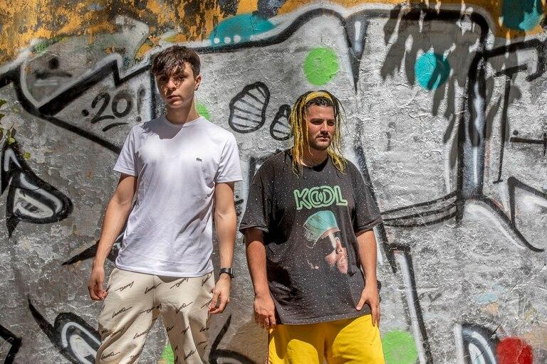 """Cuando Marcos Mateu (derecha), conocido como """"el rapero del tren"""", recibió un mensaje de Oscu, el popular YouTuber y músico de 21 años, se había quedado sin trabajo y pensaba en abandonar su pasión; a partir del tema que grabaron juntos, recobró la esperanza y las oportunidades empezaron a multiplicarse"""