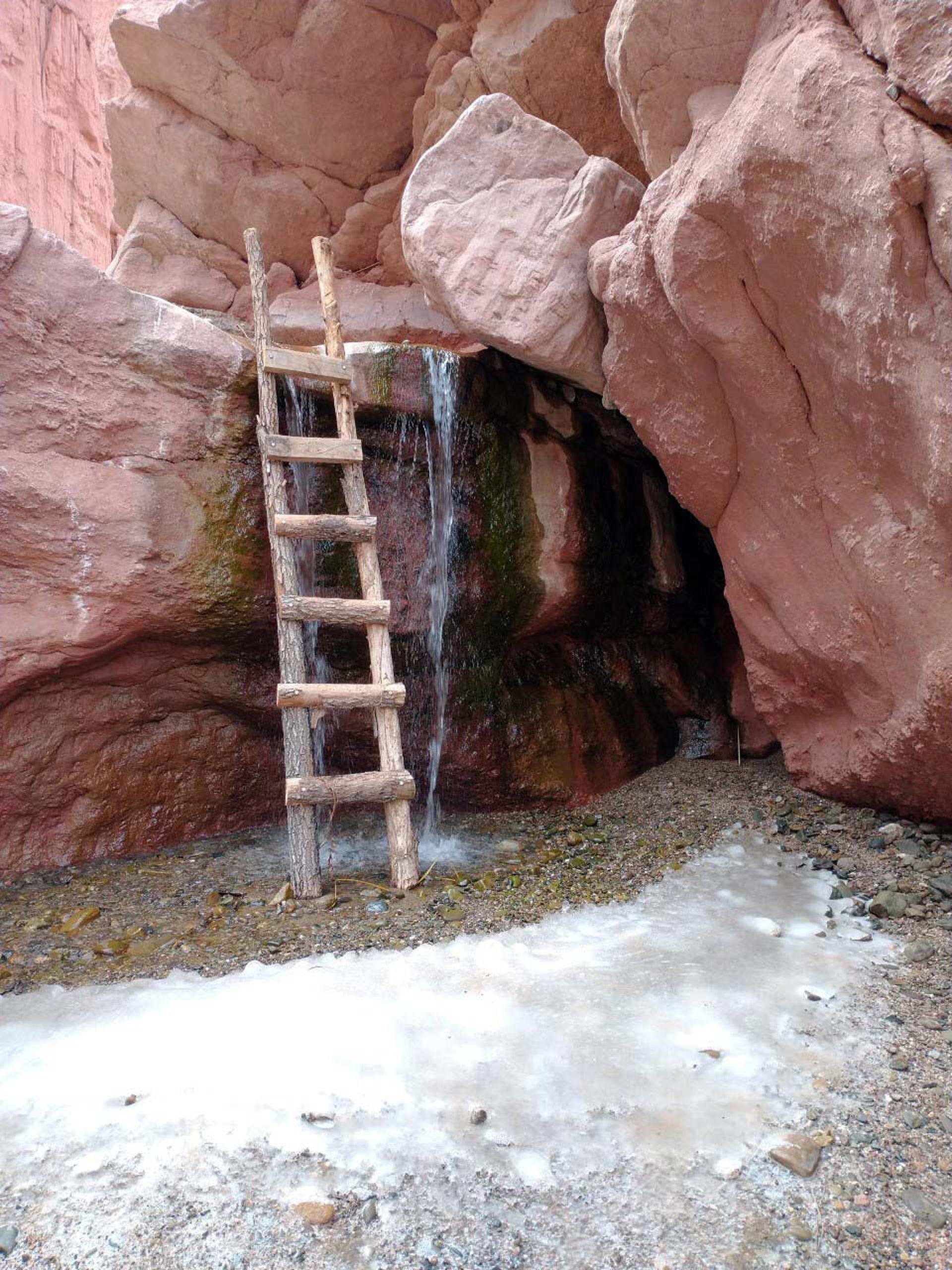 Escaleras salvan los desniveles que dan acceso a las cuevas.