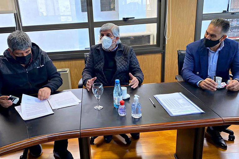 Pablo y Hugo Moyano, hoy, al firmar la paritaria de los camioneros
