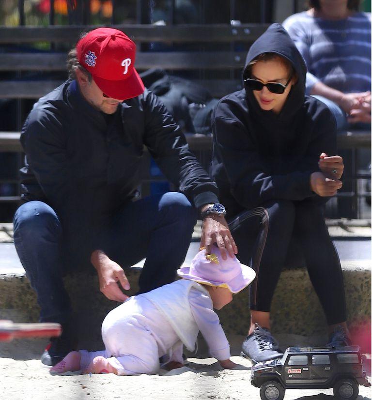 Cooper e Irina junto a su hija