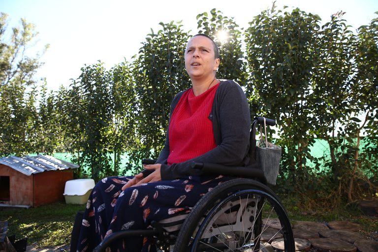 Salir adelante: fue a pintar la escuela de sus hijas y quedó en silla de ruedas