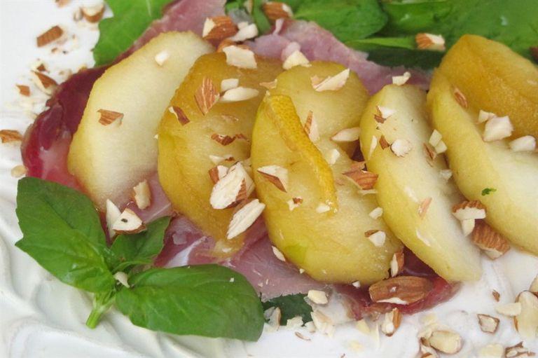 Manzanas pocheadas sobre lomito casero y rúcula