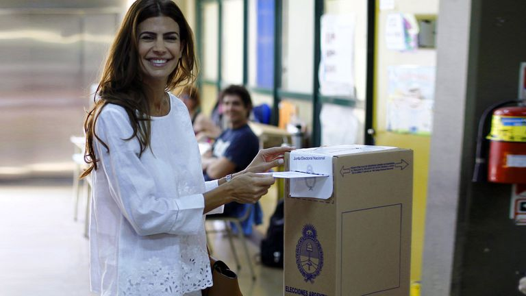 Juliana Awada emitiendo su voto en la jornada de ayer
