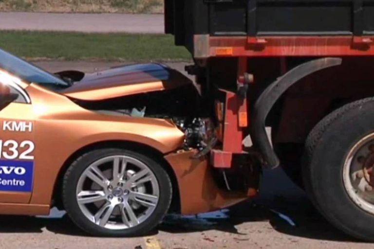 Un auto de Volvo chocó contra un camión cuando mostraban al público su sistema de frenado automático que en teoría evitaba este tipo de colisiones
