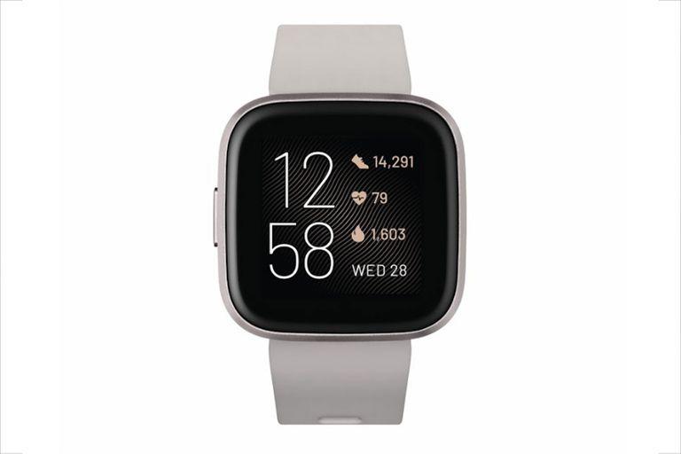 El nuevo reloj conectado de Fitbit sigue la línea del Versa Lite con un único botón físico, e incorpora una pantalla AMOLED más grande y un micrófono