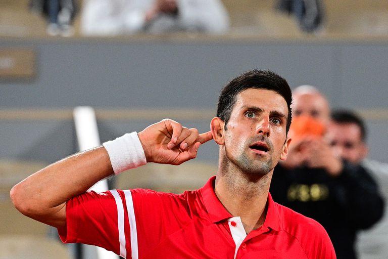 Novak Djokovic busca la complicidad del público: le ganó a Rafael Nadal en Roland Garros.