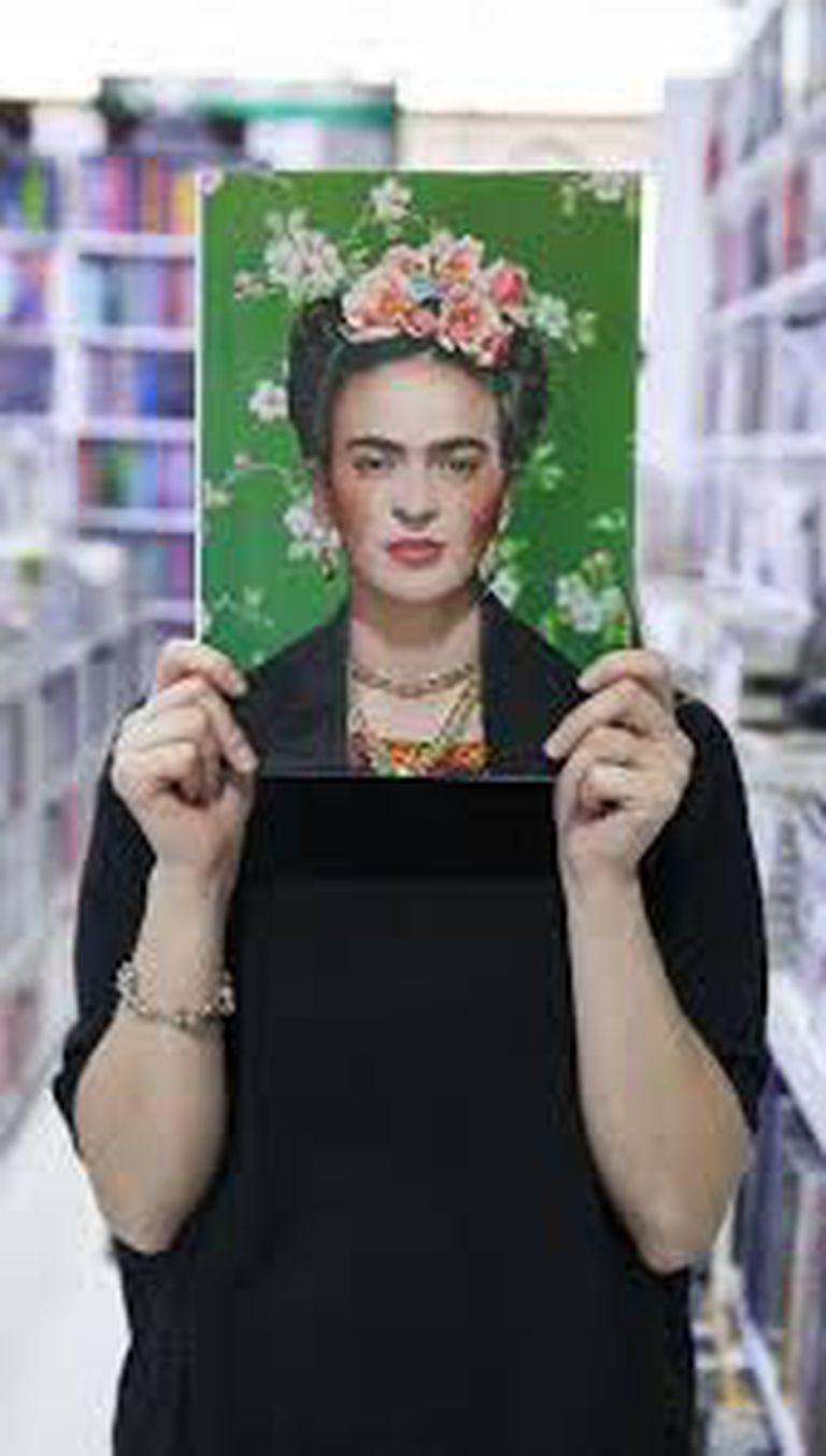 La imagen de Frida Kahlo se ha reproducido en múltiples objetos, volviéndola una mercancía, comenta el historiador mexicano Luis Martín Lozano