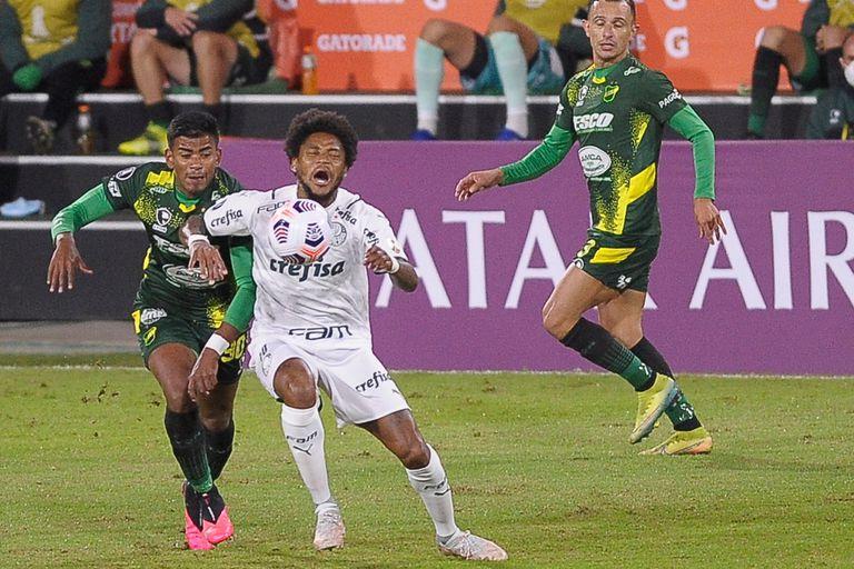 Luiz Adriano se queja de una falta del colombiano Loaiza, un duelo que se repitió en la final de la Recopa Sudamericana