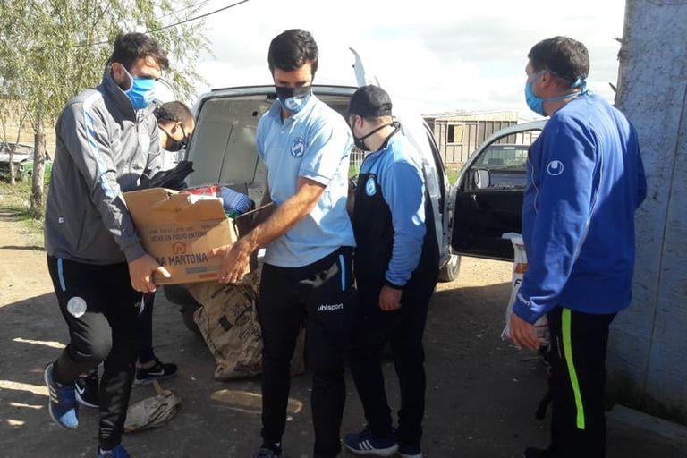 Varios futbolistas de Villa San Carlos se organizan para distribuir comida a gente necesitada.