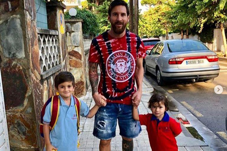 Messi, con sus hijos rumbo al colegio en tierra catalana
