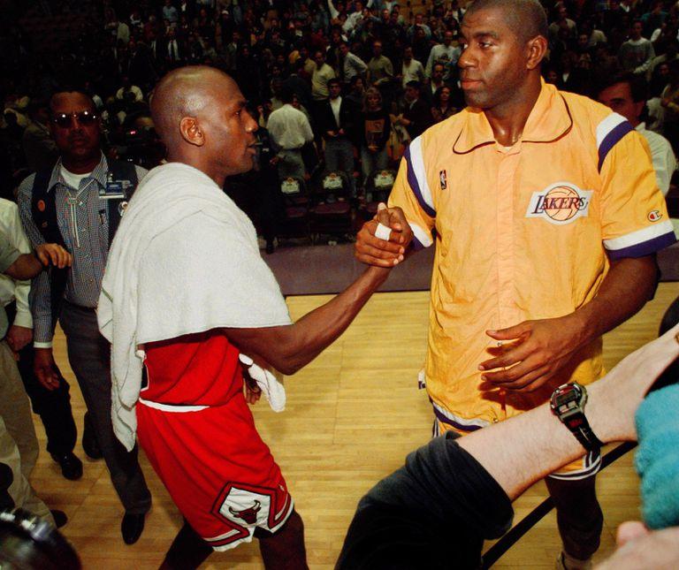 """Encuentro de gigantes: el saludo de Michael Jordan y """"Magic"""" Johnson, en un duelo de febrero del 96"""