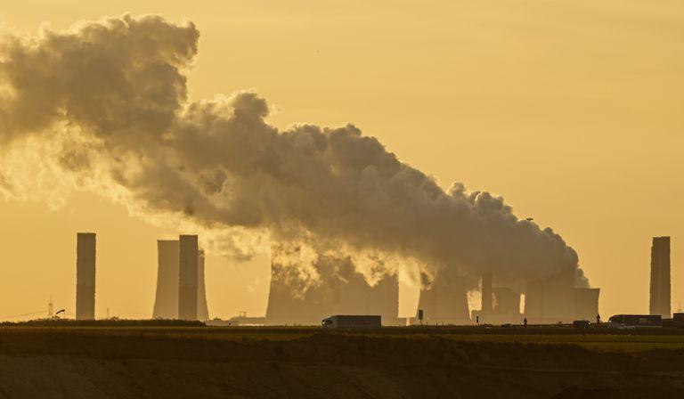 ARCHIVO - En esta imagen del 1 de octubre de 2021, una central eléctrica quema carbón de la cercana mina a cielo abierto de Garzweiler, cerca de Luetzerath, en Alemania occidental. Docenas de grandes empresas alemanas han instado al próximo gobierno alemán a tomar medidas ambiciosas para cumplir los objetivos del Acuerdo Climático de París. (AP Foto/Martin Meissner, Archivo)