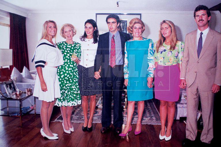 """Amalia Amoedo, Amalita, Zelmira Peralta Ramos, Inés de Lafuente, Bárbara y Esteban Ferrari. """"Era el civil de Alejandro y Zelmira, en marzo del 91, en casa de mamá"""", cuenta."""