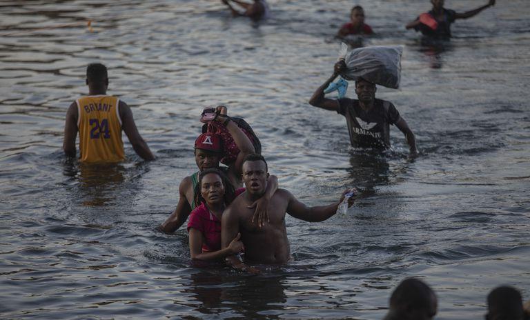 Migrantes cruzan el Rio Grande desde Del Rio, Texas, a Ciudad Acuña, México