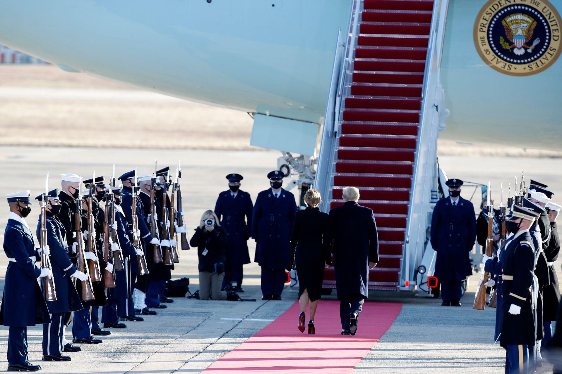El presidente Donald Trump y la primera dama Melania Trump son recibidos por una guardia de honor militar cuando abordan el Air Force One en la Base de la Fuerza Aérea Andrews