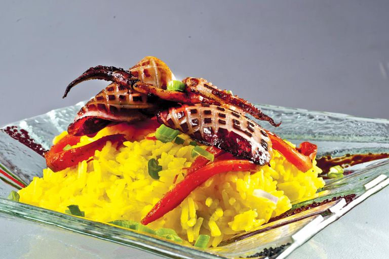 Calamares y arroz amarillo