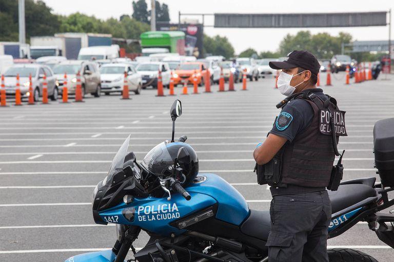 Fueron desplegados 19.000 efectivos de la Policía de la Ciudad para cumplir las misiones de vigilar la cuarentena y prevenir el delito