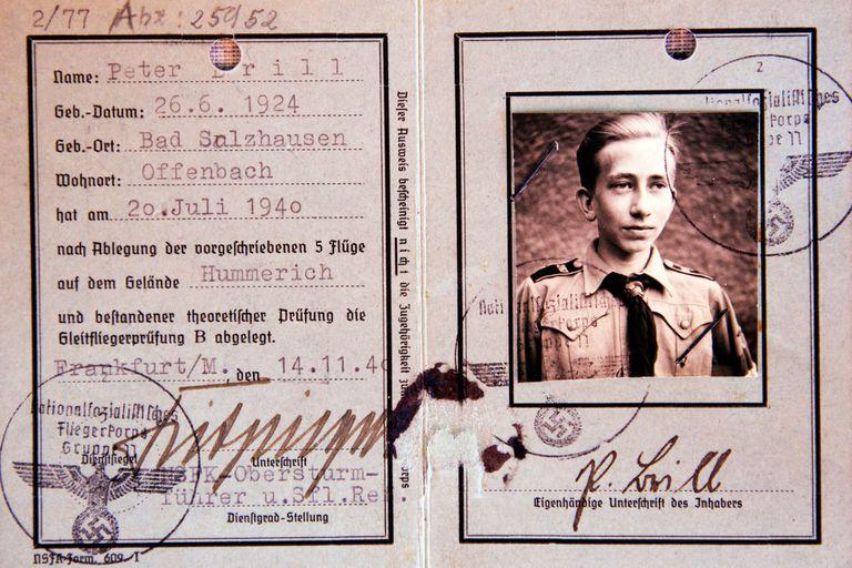 El carnet de afiliado a las Juventudes Hitlerianas. Entonces Peter Brill tenía 16 años