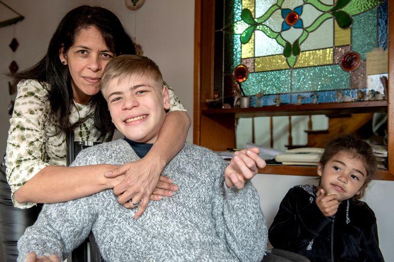 Nicolás con su mamá y su hermana