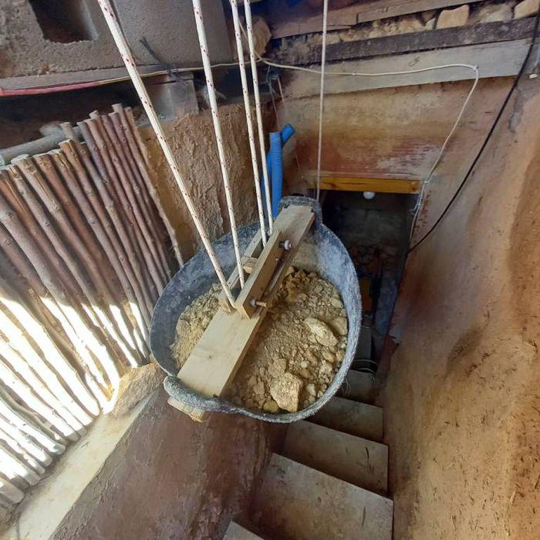 Andrés Cantó ideó un sistema de poleas para extraer la tierra de la cueva a medida que iba cavando