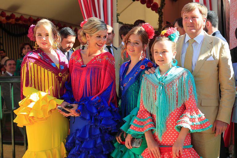 A 20 años de su primer encuentro, Guillermo y Máxima de Holanda, junto a sus herederas, Amalia, Alexia y Ariane, impactaron con sus típicos trajes sevillanos en la Feria de Abril.