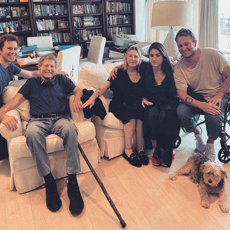 Tras diecisiete años de distanciamiento, el actor, su hija Tatum y sus nietos, Kevin, Sean y Emily McEnroe, se reencontraron.