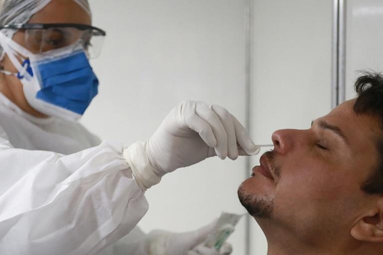 """El hisopado nasofaríngeo (RT-PCR), el método """"gold standard"""" mundial para el diagnóstico de la enfermedad"""