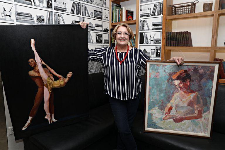 Feliz con el reconocimiento a su trayectoria que le otorga el premio Olga Ferri, Didi posa con un autorretrato de cuerpo entero y una pintura hecha a semejanza de Margot Fonteyn