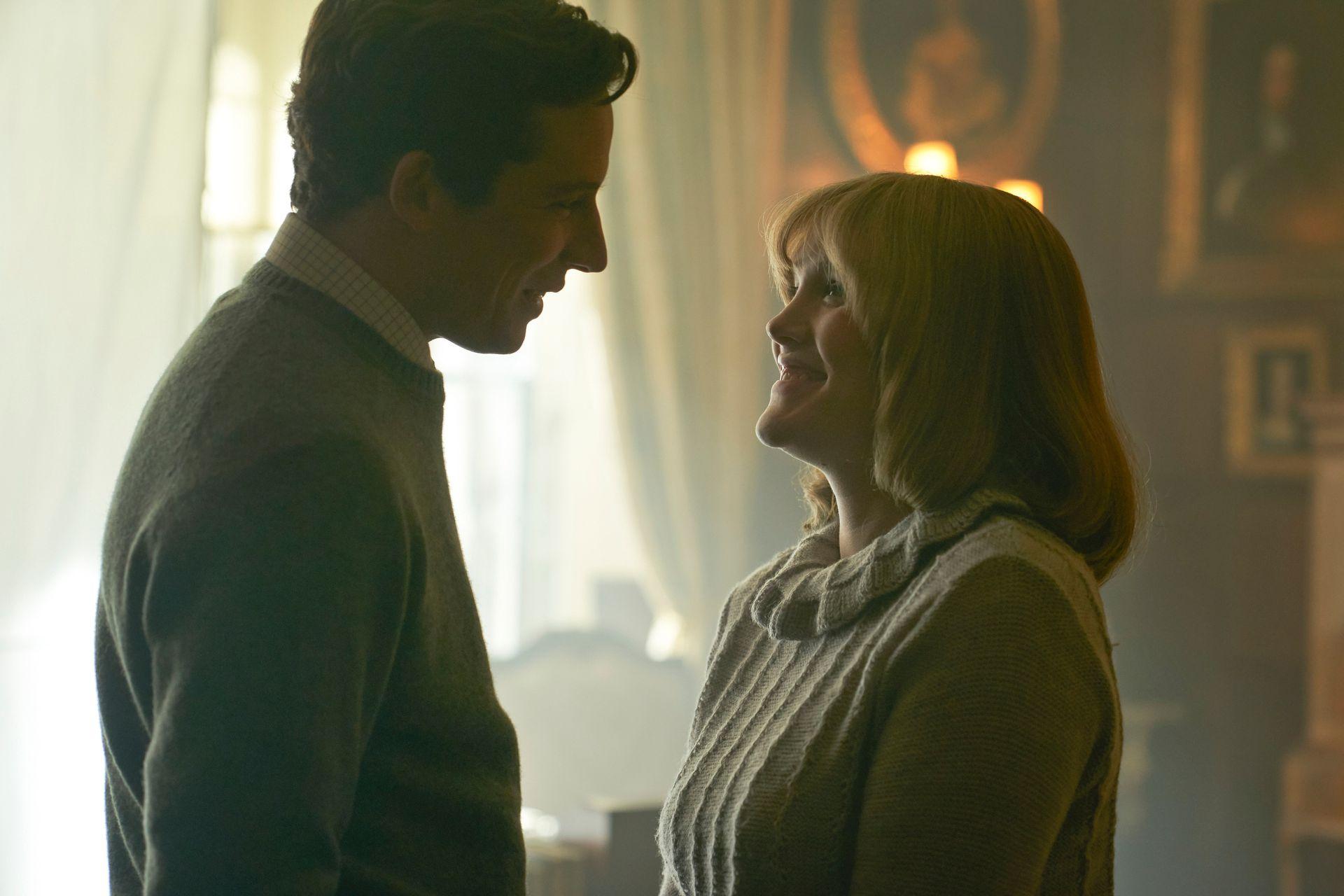 El príncipe Carlos (Josh OConnor) y Camilla Shand (Emerald Fennell), en el inicio de su romance
