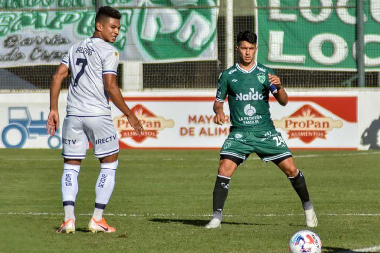 Valoyes ve ppasar la pelota. El delantero de Talleres tuvo un rendimiento aceptable.