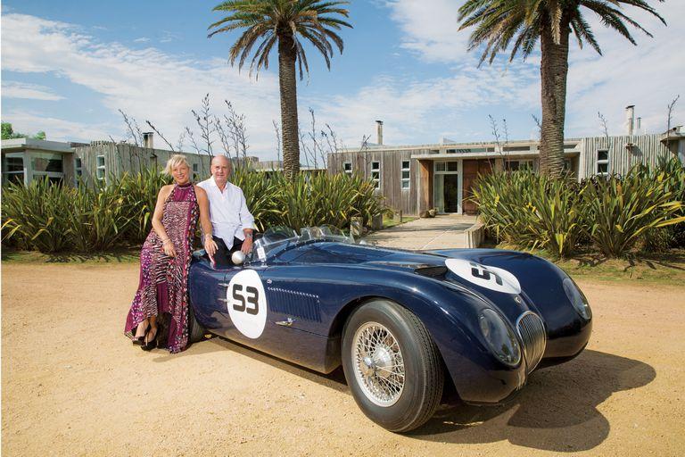 El matrimonio suele salir a comer afuera a bordo de una réplica de un Jaguar C-type que Javier y su hermano Gerardo contruyeron juntos. El año que lo presentaron, fueron premiados en Autoclásica en San Isidro.