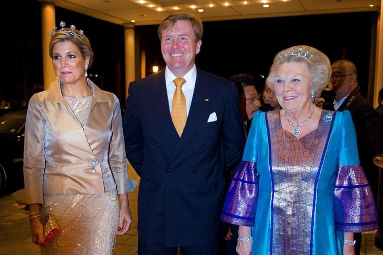 Máxima y la reina Beatriz tienen una excelente relación. Aquí, junto a Guillermo en la última gira juntos por Asia.