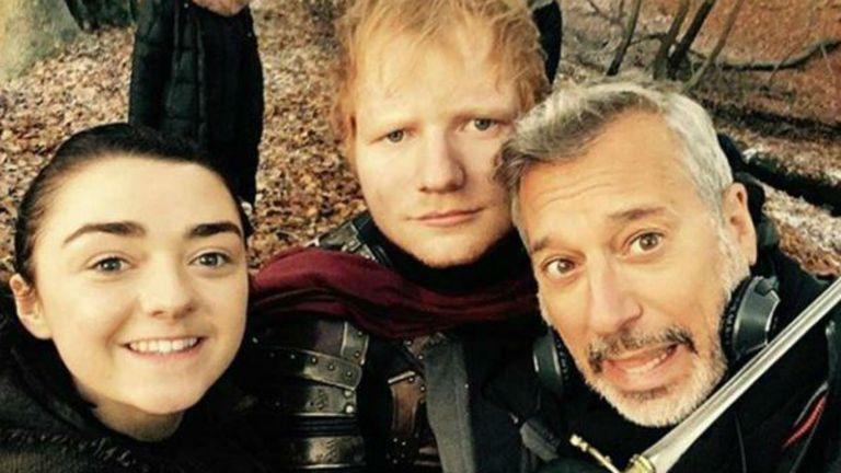 Ed Sheeran junto a Maisie Williams en Game of Thrones