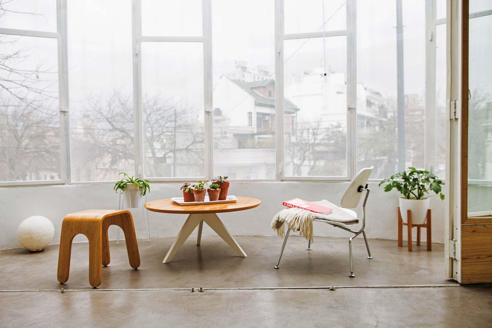 Mesa 'Ostende', silla blanca Eames y banco 'Esteban' (todo de Unimate). Manta con flecos de Elementos Argentinos.