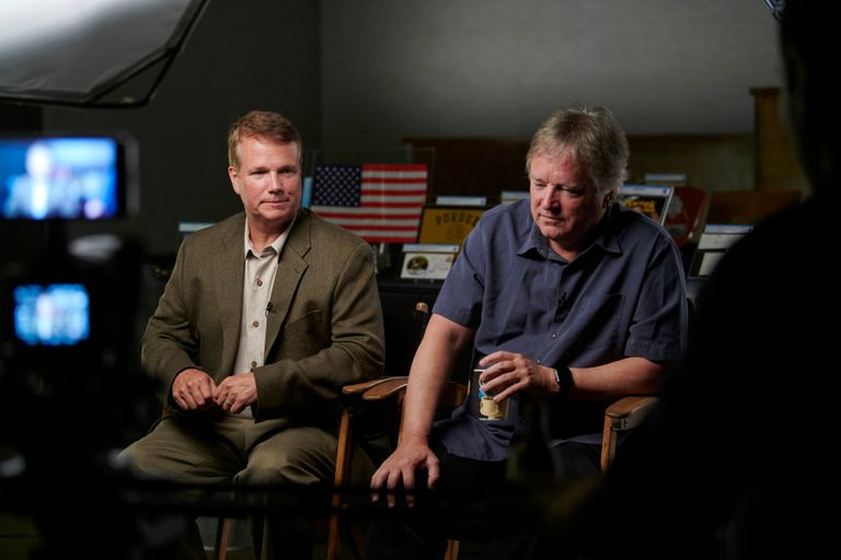 Mark Armstrong, a la izquierda, y su hermano, Rick, son entrevistados mientras se preparan para una subasta de artículos personales que pertenecían a su padre, el comandante de la misión del Apolo 11, Neil Armstrong, en la Subasta de Patrimonio en Dallas el 10 de agosto de 2018