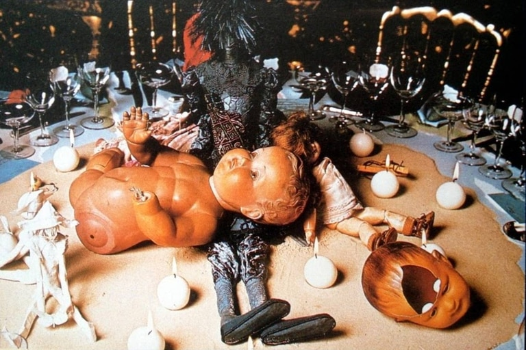 Algunos centros de mesa estaban adornados por muñecos desmembrados, lo que despertó diversas teorías sobre lo que pudo pasar aquella noche en el castillo de los Rothschild