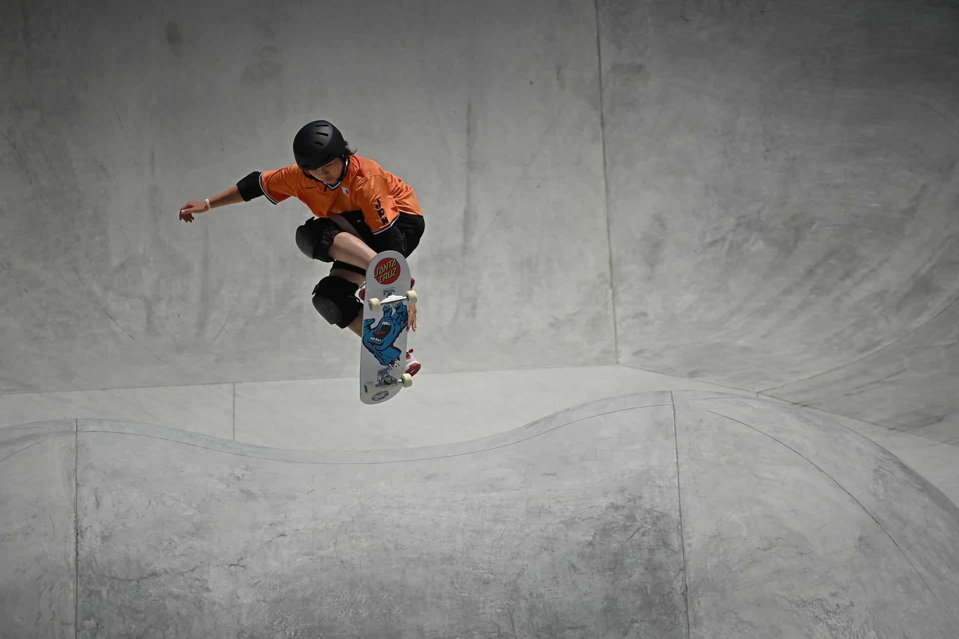 La japonesa Misugu Okamoto compite en las eliminatorias del parque femenino durante los Juegos Olímpicos de Tokio 2020 en Ariake Sports Park Skateboarding en Tokio el 4 de agosto de 2021.