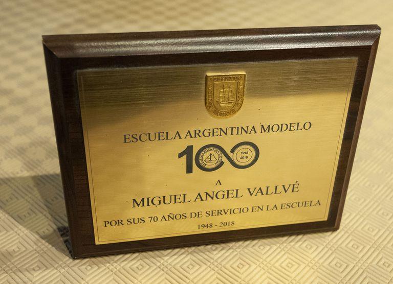 Miguel Ángel Vallvé recibió una distinción tras haber trabajado 70 años en la Escuela Argentina Modelo