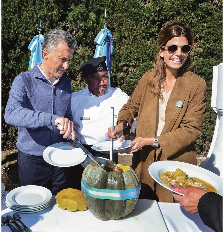Mauricio y Juliana cumplen con la tradición del locro preparado por los cocineros del Ejército desde hace cuatro años. En la imagen, el recuerdo de 2018.
