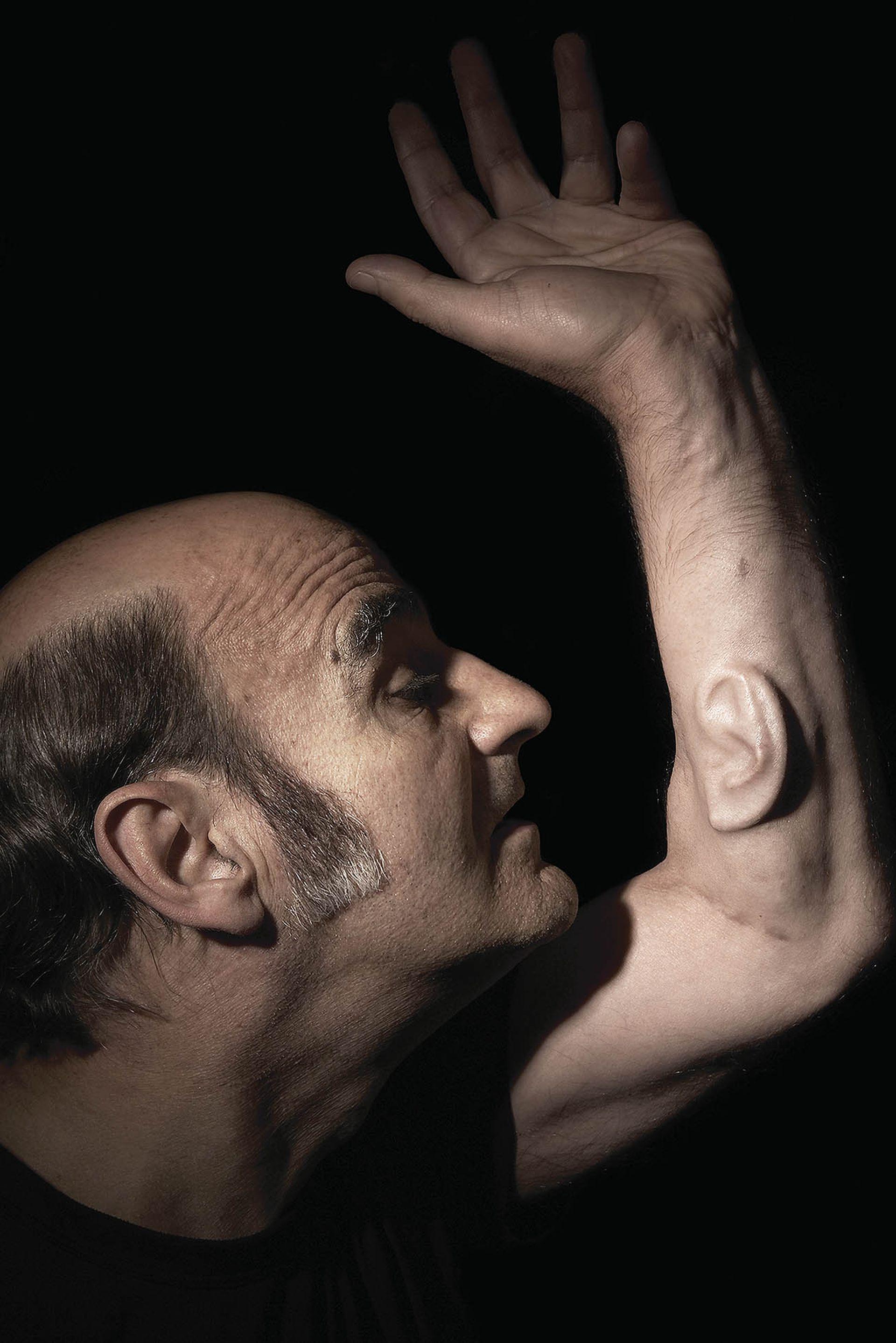 """""""Ear on Arm"""", de Stelarc: este artista australiano se implantó quirúrgicamente una oreja cultivada con células en su antebrazo izquierdo. En apenas seis meses, experimentó cómo su cuerpo mutó: su piel creció sobre la nueva oreja hasta cubrirla."""