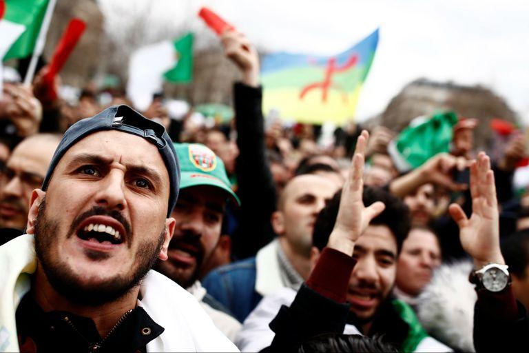 Manifestantes argelinos protestan en París contra el presidente argelino Abdelaziz Bouteflika