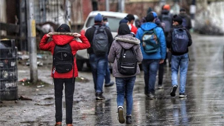 Los jeans son la elección de ropa para muchos jóvenes indios, pero las comunidades conservadoras prohíben que las niñas los usen