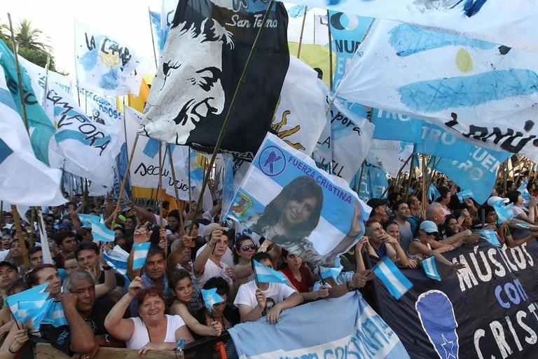 Imágenes de Néstor y Cristina Kirchner durante una acto en Plaza de Mayo, en diciembre de 2012