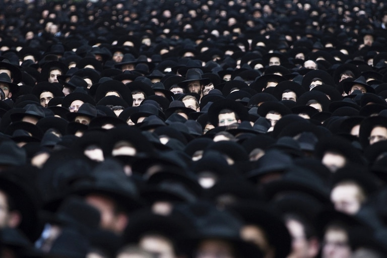 Judíos ortodoxos se manifiestan en apoyo al partido Judaísmo Unido de la Torá, en Bnei Brak, localidad cercana a Tel Aviv, en marzo de 2015
