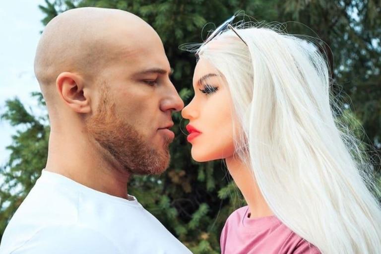 Yuri Tolochko se casó con su muñerca híper realista