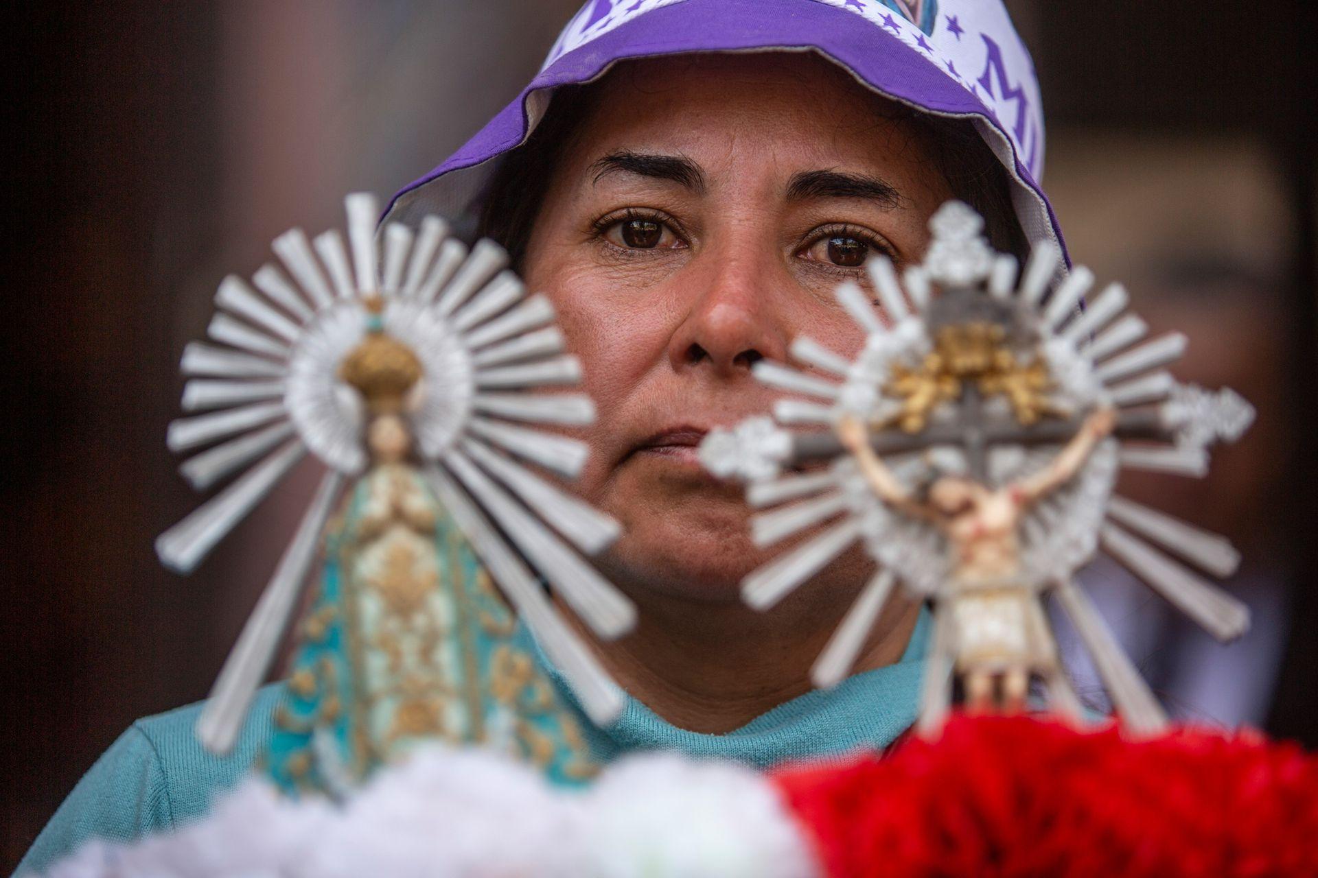 La procesión arranca con la salida desde el templo mayor de Salta de la Cruz Procesional, para dar paso luego a la imagen de la Virgen de las Lágrimas, la de la Virgen del Milagro y finalmente la del Señor del Milagro