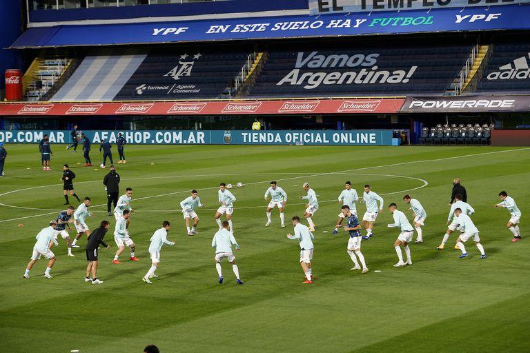 Los jugadores de Argentina en el campo de juego realizan los movimientos precompetitivos, antes del partido ante Ecuador.